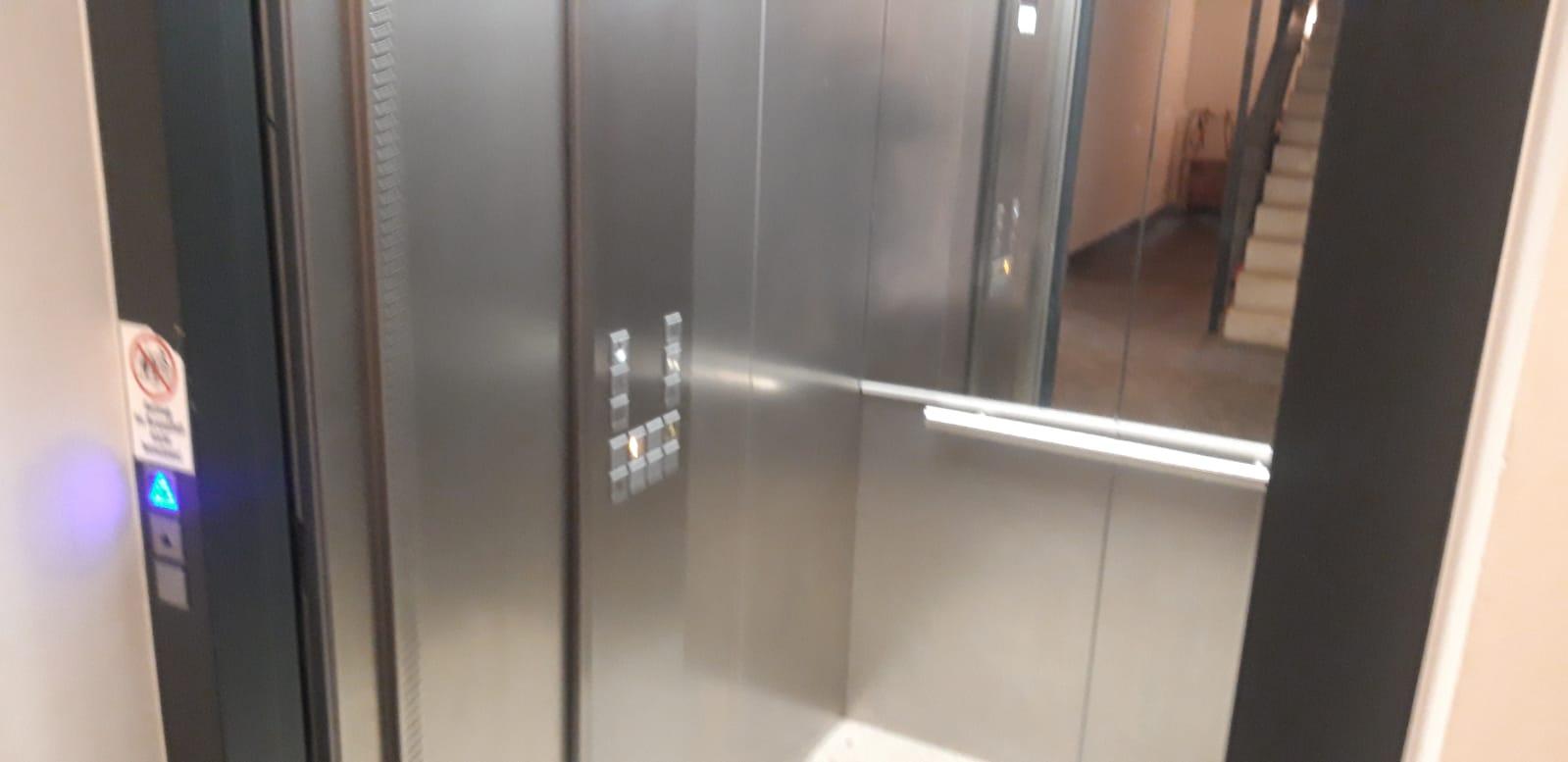 THL – Eingeschlossene Person in Aufzug